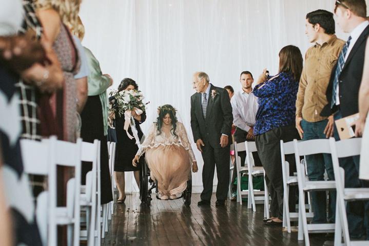 Lors de son mariage, une jeune mariée paralysée se lève miraculeusement de son fauteuil roulant pour s'avancer dans l'allée... La réaction des invités est magnifique !