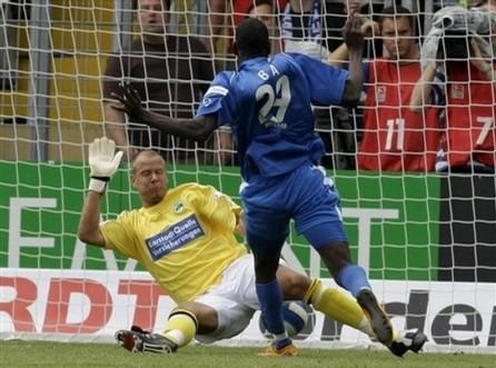 Demba Bâ brille en Bundesliga, le football sénégalais à l'arrêt et la Ligue des Champions de la CAF.