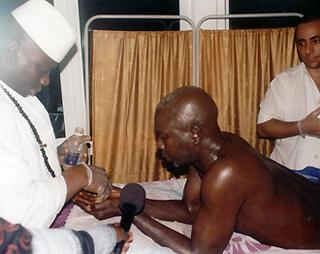 """Gambie : Le Président Yaya Jammeh """"soigne"""" et libère 23 malades du sida"""