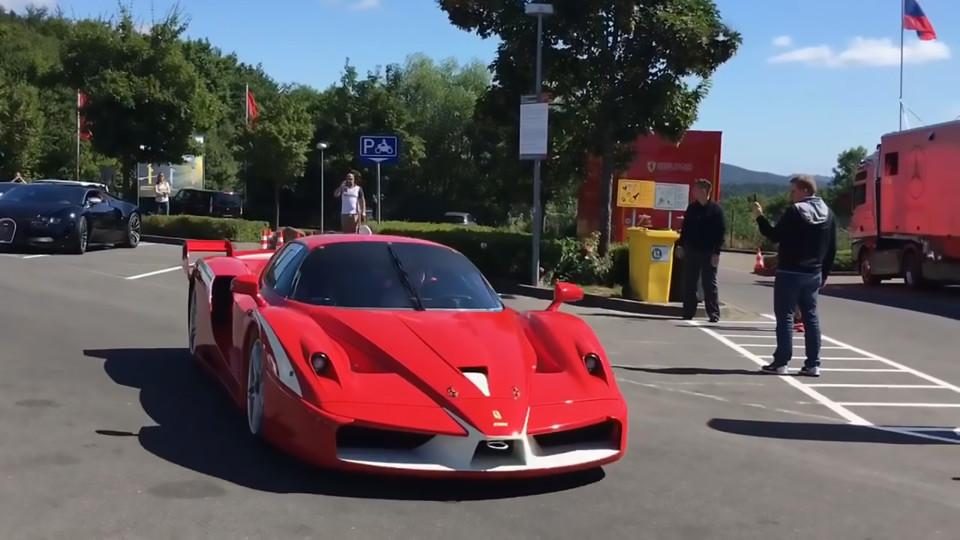 Contemplez les deux Ferraris, la Lamborghini, l'Aston Martin et le Bugatti Veyron du propriétaire de Chelsea, Roman Abramovich