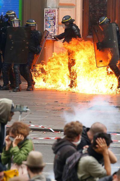 Tensions en fin de cortège contre la loi Travail à Paris, un CRS brûlé à la jambe