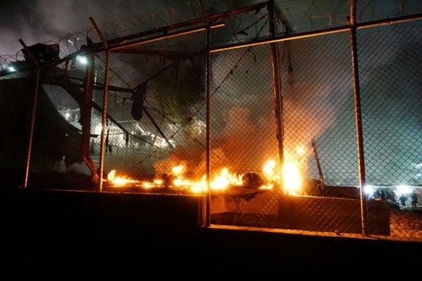 Grèce : incendie dans un camp de migrants, des milliers de personnes fuient