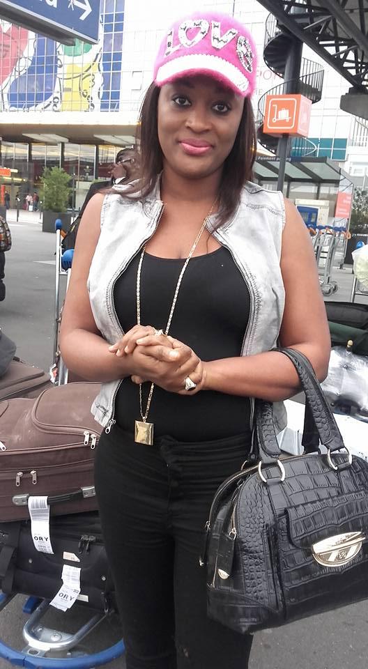 Photos - Admirez la chanteuse Titi sexy et stylée à l'aéroport de Paris