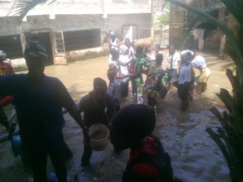 Les talibés de Serigne Modou Kara à l'assaut des zones inondées de Touba