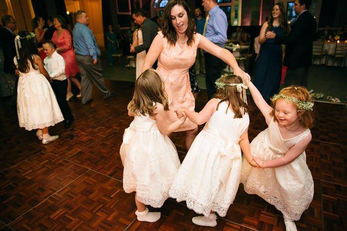 Une éducatrice spécialisée invite toute sa classe à son mariage... Et internet tout entier est tombé amoureux d'elle !