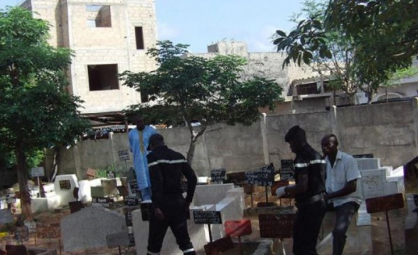 tombes profanées au cimetière de Pikine: les sapeurs et la police sur place