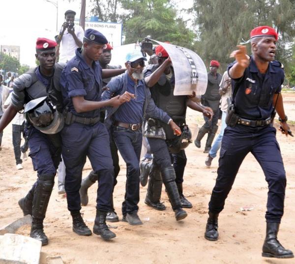 Papa Samba Mboup du PDS arrêté par les forces de l'ordre lors d'une marche interdite par le Préfet de Dakar (Photos archives).
