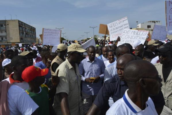 La police disperse la marche des opposants...Réfugié à la Rts, Oumar Sarr du Pds fuit avec le micro de leral...