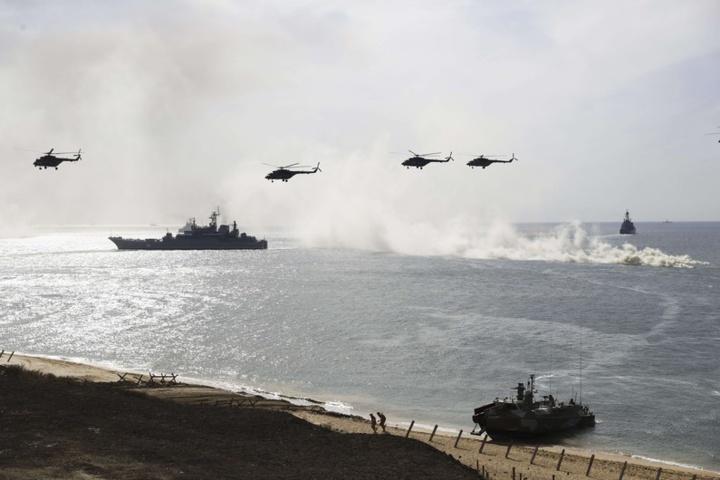 Des bateaux et des avions militaires russes en Crimée