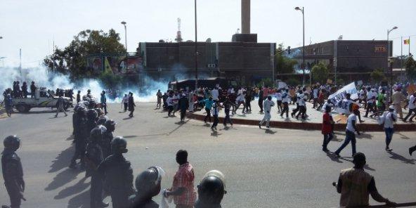 Les manifestants de la marche du 14 octobre dispersés par la police au rond point de la Rts