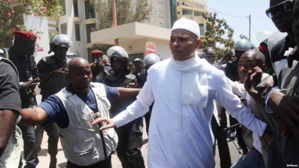 """""""Une fois libre, Karim Wade avait le plein droit et toute la latitude de choisir sa destination, l'heure et les moyens de s'y rendre"""", précise le ministère de la Justice."""
