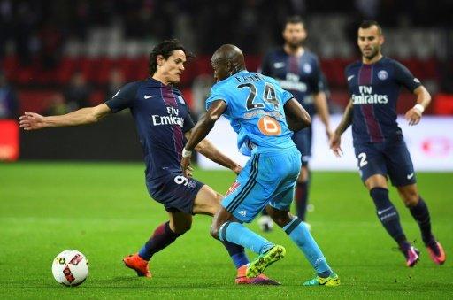 © AFP | L'attaquant du PSG Edinson Cavani face au défenseur de l'OM Rod Fanni, le 22 octobre 2016 au Parc des Princes.