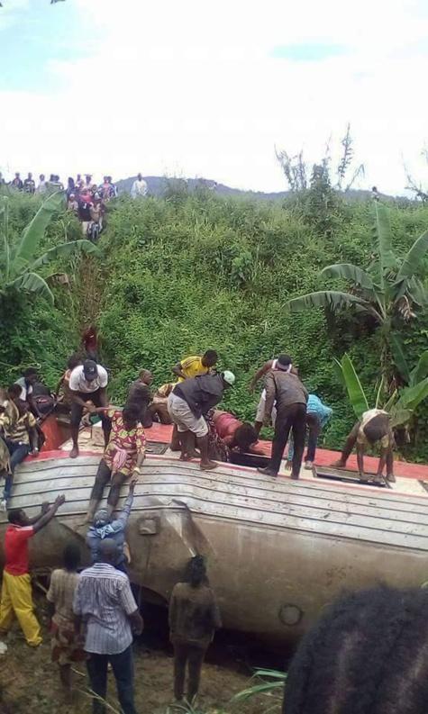 Un Bébé a survécu après l'accident de train mortel au Cameroun
