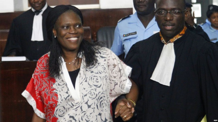 L'ancienne première dame de la Côte-d'Ivoire, Simone Gbagbo, à gauche, est accompagnée de son avocat, au premier jour de son procès à la Cour Abidjan Justice, Côte-d'Ivoire, 31 mai 2016. epa / LEGNAN KOULA