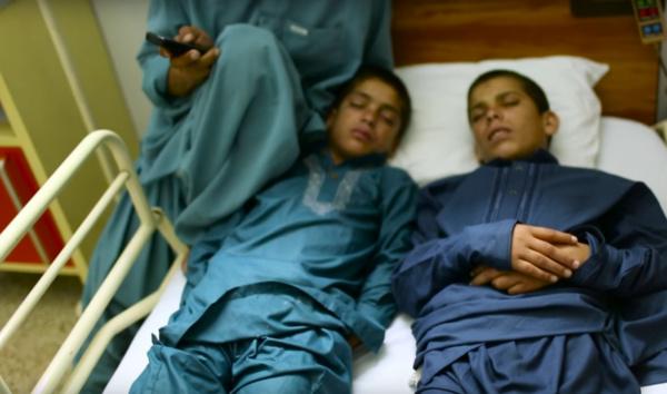 De jour, ce sont 2 garçons ordinaires. Mais la nuit, leur corps se transforme !