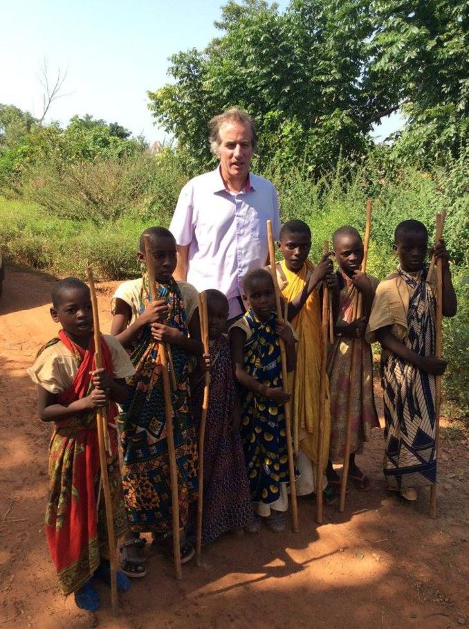 L'Ambassadeur en compagnie des enfants Bédiks à Bandafassi.