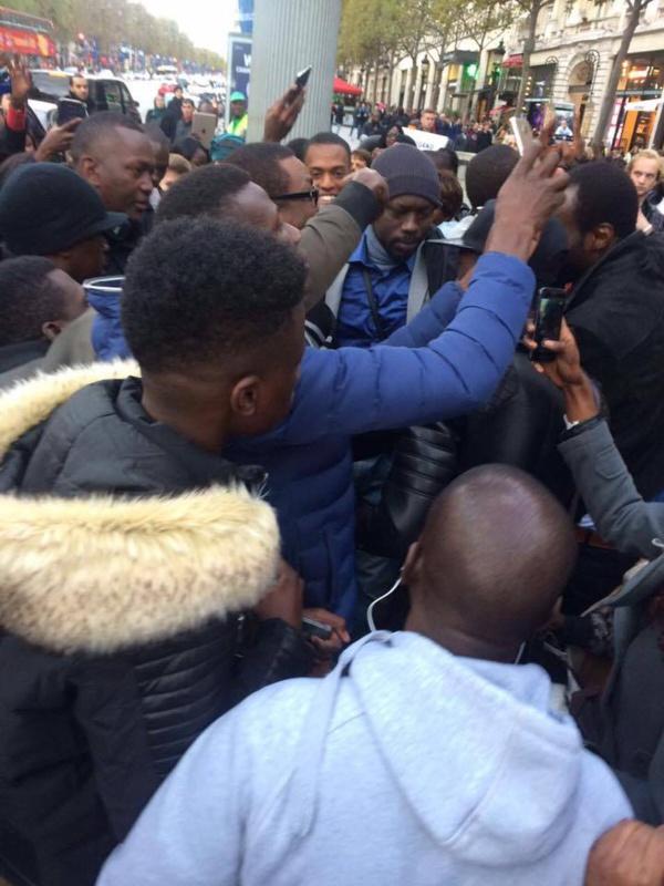 Direct : Youssou Ndour envahi lors de la séance de dédicace de son nouvel album en France. Regardez