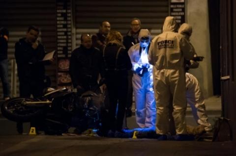 Des enquêteurs sur les lieux de la mort d'un homme de 29 ans tué par balle à Marseille, le 5 novembre 2016  Un homme de 29 ans tué par balle à Marseille 05 novembre 2016