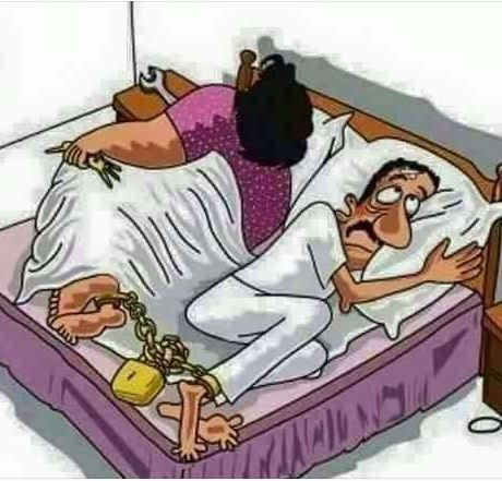 Photo : Cette femme enchaîne son mari au pied, la nuit, pour qu'il...