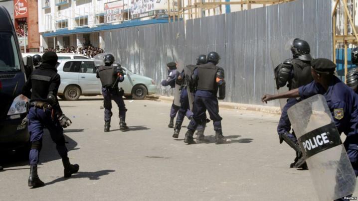 Des policiers pourchassent des partisans de l'opposant de Moïse Katumbi à Lubumbashi, Katanga, 13 mai 2016.