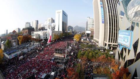 Des dizaines de milliers de Sud-coréens sont descendus samedi dans les rues de Séoul pour l'une des plus grandes manifestations antigouvernementales depuis des décennies, réclamant la démission de la présidente Park Geun-Hye à Séoul, Corée du Sud, 12 novembre 2016.