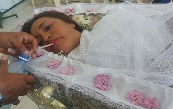 Vera Lucia da Silva, 44 ans a passé toute la journée dans un cercueil demandant à sa famille et ses amis de la prétendre morte.