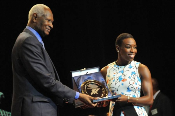 L'ancien Président Abdou Diouf, remettant la récompense à une lauréate