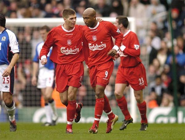 Steven Gerrard et EL Hadji Diouf, alors coéquipiers à Liverpool.