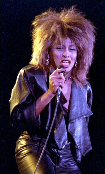 Anna Mae Bullock, dite Tina Turner, est une chanteuse, danseuse, actrice et compositrice d'origine américaine et naturalisée suisse