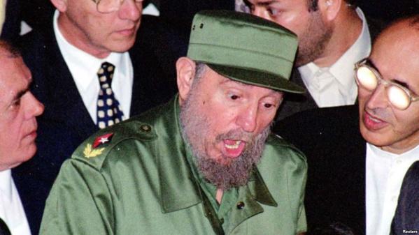 Le président Fidel Castro rencontre les officiels iraniens à l'aéroport de Téhéran pour son premier voyage dans le pays pour augmenter la coopération de ces deux pays qui souffrent de l'embargo imposé par les États-Unis, le 7 mai 2001.