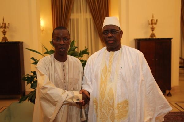Kanel Emergent Mamadou Oumar Bocoum derriere le Président Macky Sall