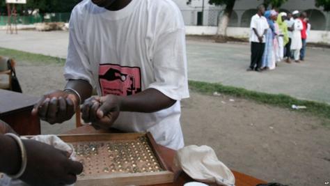 Pour lutter contre la fraude électorale, les Gambiens vont voter avec des billes