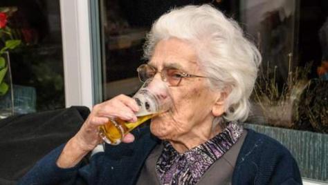 Insolite : Robertine, 96 ans, boit entre 12 et 20 bières par jour (avec l'accord de son médecin)