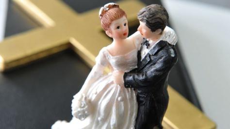 Il demande à sa fiancée de ne pas inviter sa meilleure amie à leur mariage, car elle n'est pas... assez jolie