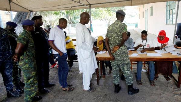 Des policiers et militaires font le queue pour voter lors de la présidentielle en Gambie, le 1er décembre 2016.