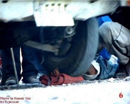 Un enfant de 8 ans, attraper sur un marché en Iran pour avoir voler du pain, est puni sur place au nom de l'Islam. Son bras sera écraser par une voiture