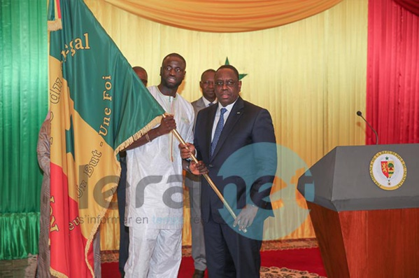 Photos: la remise traditionnelle du drapeau national aux « Lions » de la Téranga par le Président de la République S.E.M. Macky Sall