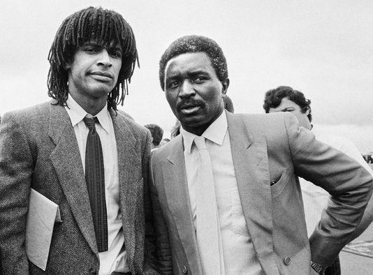 Zacharie Noah avec son fils Yannick en juin 1983 à Yaoundé au Cameroun. PIERRE GUILLAUD / AFP