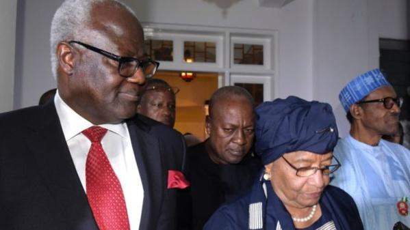 La Présidente du Libéria Ellen Johnson Sirleaf, le président de la Sierra Leone Ernest Bai Koroma, le président du Nigeria Muhammadu Buhari et le président sortant du Ghana John Dramani Mahama à l'hôtel à Serekunda, le 13 décembre 2016 en Gambie.
