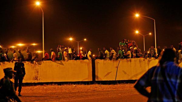 Des supporters de de Yahya Jammeh à l'aéroport de Banjul assistent impuissants au départ de leur ancien président.  ©Afolabi Sotunde/REUTERS.