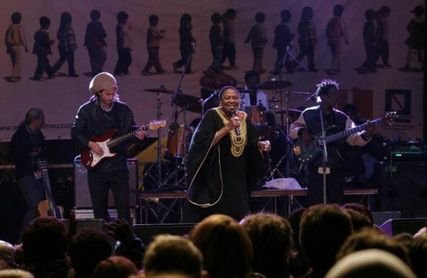La chanteuse sud-africaine a eu une crise cardique après s'être produite dans la ville de Caserte, non loin de Naples.C'est dans une dans clinique de Castelvolturno qu'elle a expiré peu après. Elle avait 76 années.