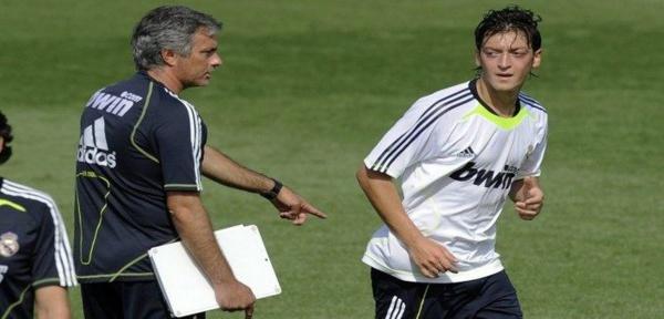 Mesut Özil révèle comment Mourinho l'a gravement humilié au Réal Madrid, et son transfert raté au Barça