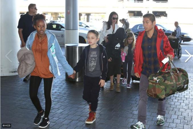 Angelina Jolie (encore) en voyage avec ses enfants (photos)
