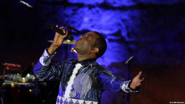 Le chanteur Youssou Ndour donne un spectacle au festival de Carthage, à Tunis, le 1er août 2014.