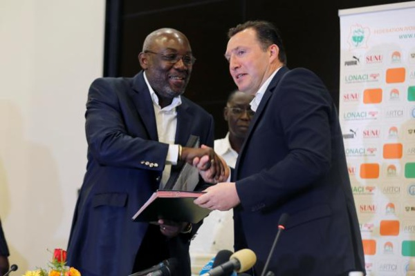 Diallo avec Wilmots lors de sa présentation, mercredi. (Reuters)