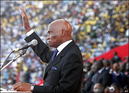 [Abdoulaye Wade = l'exécutif, le législatif, le judiciaire.]