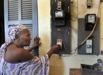 """Dans la banlieue de Dakar, """"on est fatigué par l'électricité chère"""""""