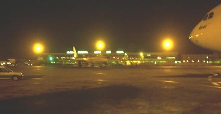 UNE PARTIE DE L'AÉROPORT LSS PLONGÉE DANS LE NOIR POUR CAUSE DE COUPURE D'ÉLECTRICITÉ: L'hôtel aéroportuaire fermé, le service consigne bagages éclairé à la bougie