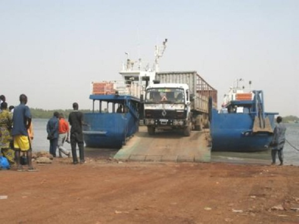 le bac de Farafégny qui relie le Sénégal à la Gambie