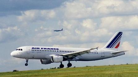 POUR NE PAS ÊTRE EXPULSÉ DE LA FRANCE Un jeune clandestin se jette de la passerelle d'un avion